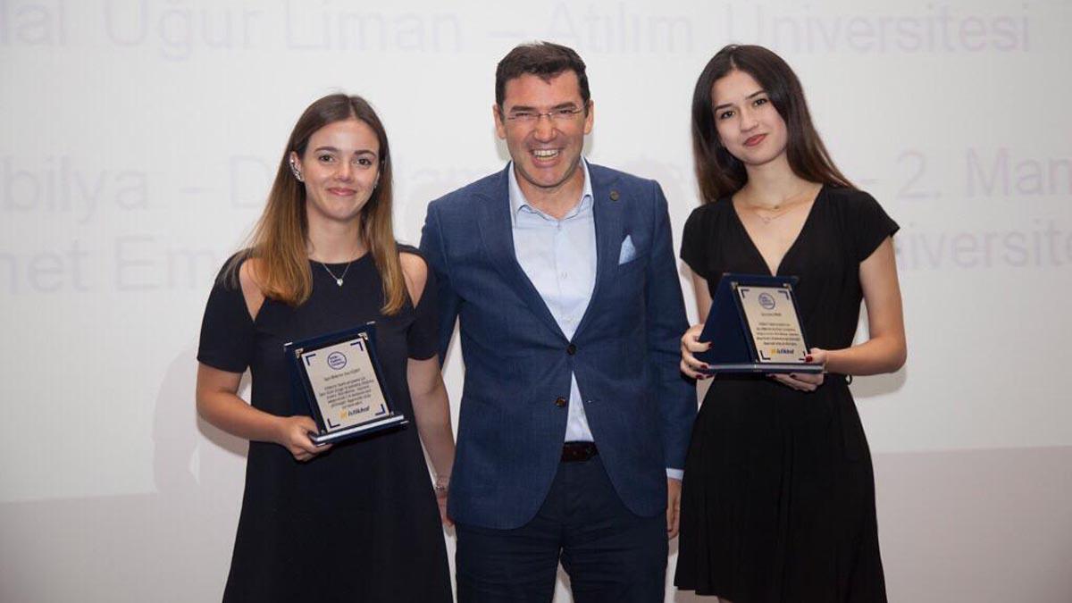 Mimarlık Bölümü Öğrencilerimiz Seca Kişmir ve Gizem Çongar İstikbal Mobilya'nın 'İstikbalini Tasarla' Yarışması'nda, 'Depolama' kategorisinde 2.'lik Ödülü aldılar.
